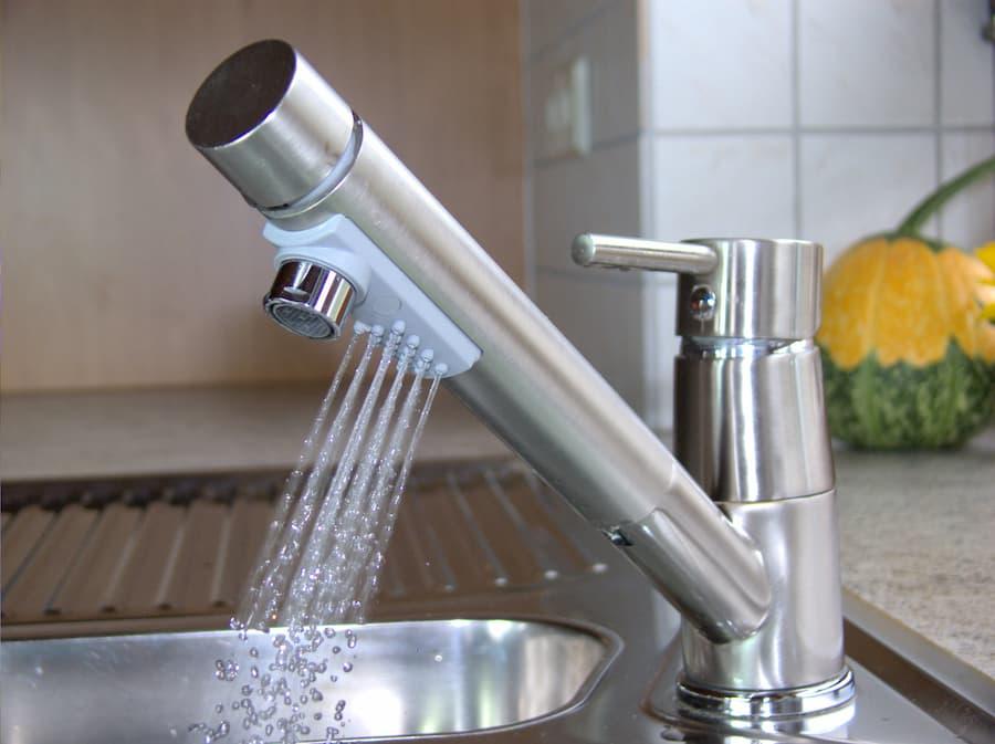 Wasser-Armatur in der Küche © Marina Lohrbach, stock.adobe.com