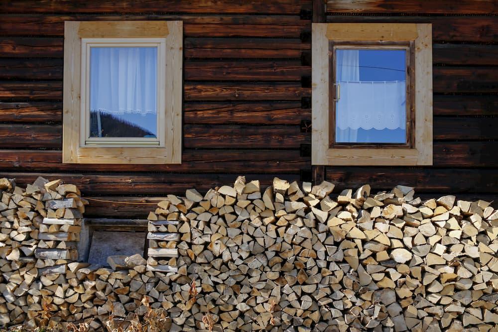 Brennholz an der Hauswand © chrupka, stock.adobe.com