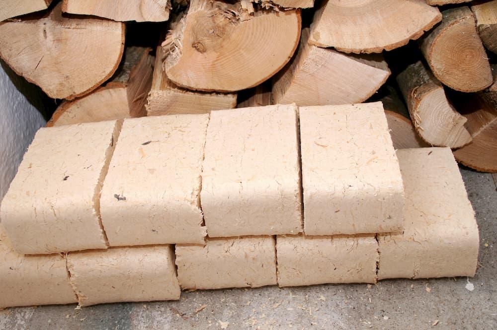 Brennholz und Briketts © Silvia Bogdanski, stock.adobe.com