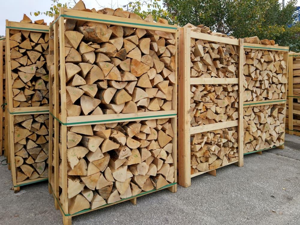 Bei einer Holzart mit niedrigem Brennwert brauchen Sie mehr Brennholz © johzio, stock.adobe.com