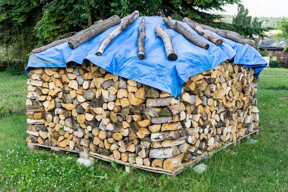 Eine Plane schützt das Holz vor Regen © tl6781, stock.adobe.com