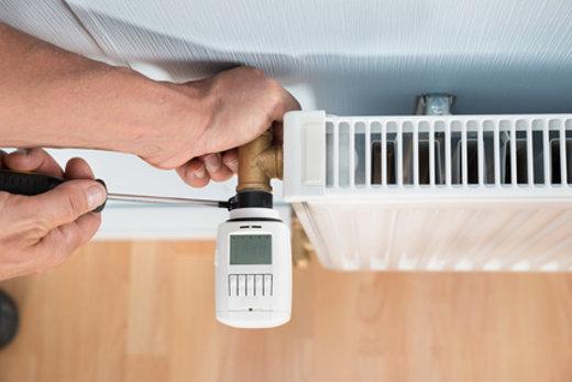 Digitales Thermostat anbringen © Andrey Popov, fotolia.com