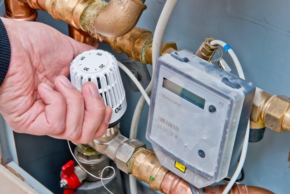 Fussbodenheizung: Vorlauftemperatur am Heizkreisverteiler einstellen © benjaminnolte, stock.adobe.com