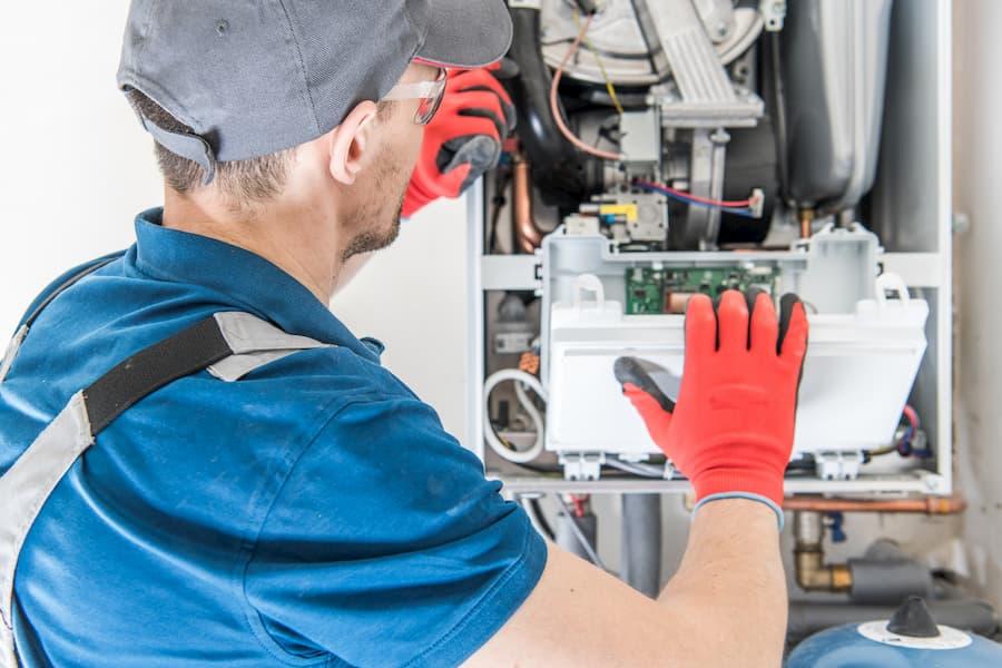 Handwerker repariert Gastherme © Tomasz Zajda, stock.adobe.com