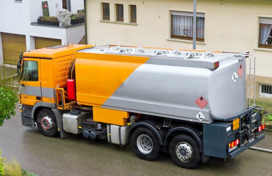 Heizöl-Tankwagen bringt Heizöl an den Verbrauchsort © Jürgen Fälchle