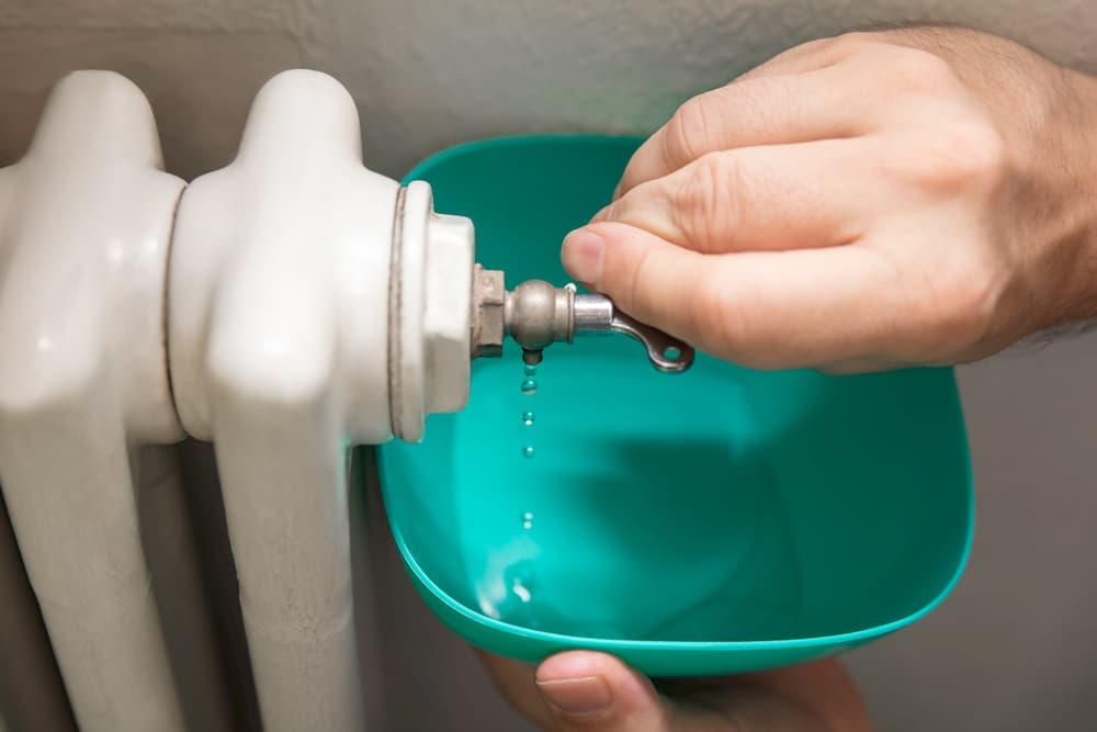 Heizung entlüften mit Entlüftungsschlüssel © M.Dörr und M.Frommherz, stock.adobe.com