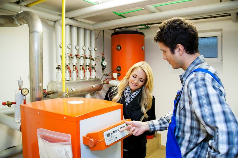 Techniker erklärt Kunde die Heizung © Gina Sanders, stock.adobe.com