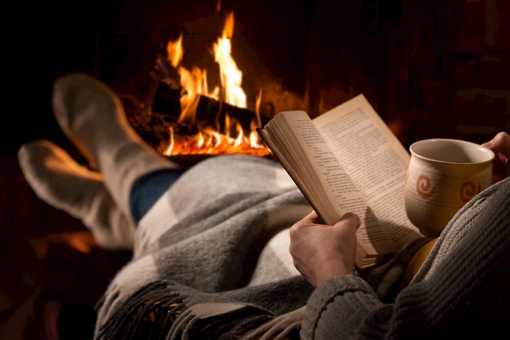 Gemütlich entspannen am Kaminfeuer © Alexander Raths, stock.adobe.com