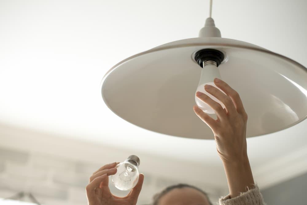 Leuchtmittel tauschen © rasstock, stock.adobe.com