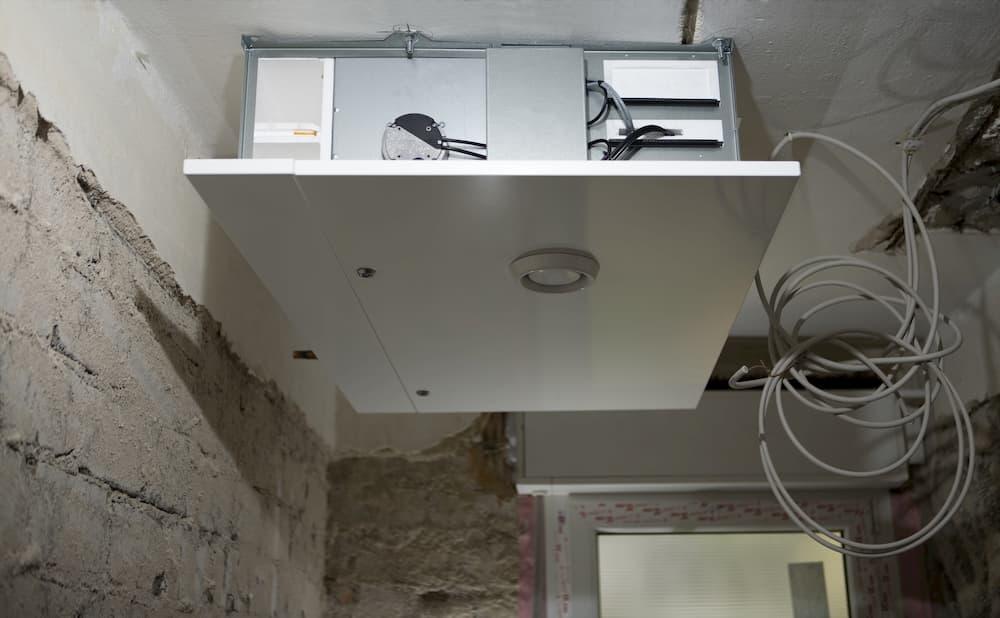 Deckenmontage einer zentralen Lüftungsanlage © Gerd, stock.adobe.com