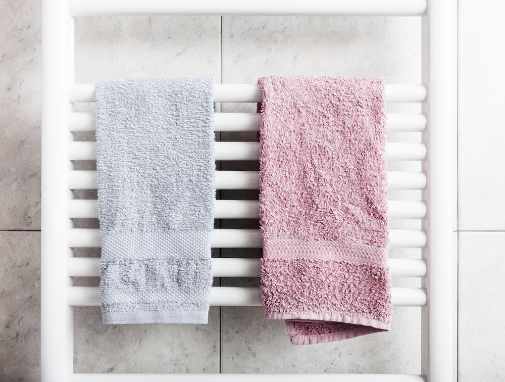 Röhrenheizkörper im Badezimmer © myper, stock.adobe.com