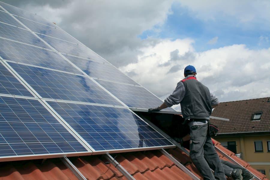 Installation einer Photovoltaikanlage © Simon Kraus, stock.adobe.com