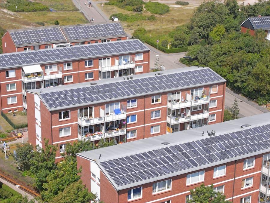 Mehrfamilienhaus mit Photovoltaikanlage © kara, stock.adobe.com