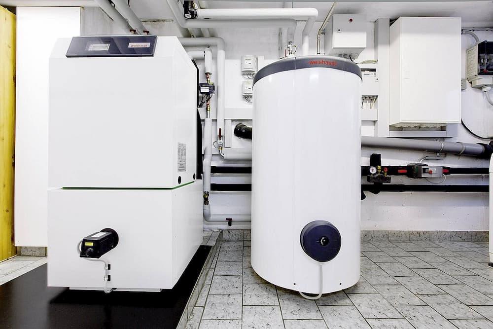 Sole-Wasser-Wärmepumpe mit Speicher im Heizungsraum © Bundesverband Wärmepumpe
