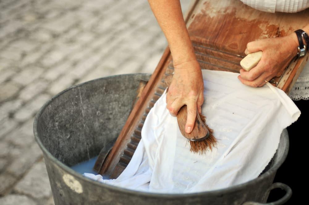 Waschen mit Waschbrett © Danielle Bonaedelle, stock.adobe.com